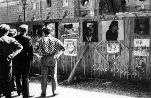 """Заборная выставка """"Сычик + Хрущик"""", 1967 г. Фотограф - Илья Гершберг."""
