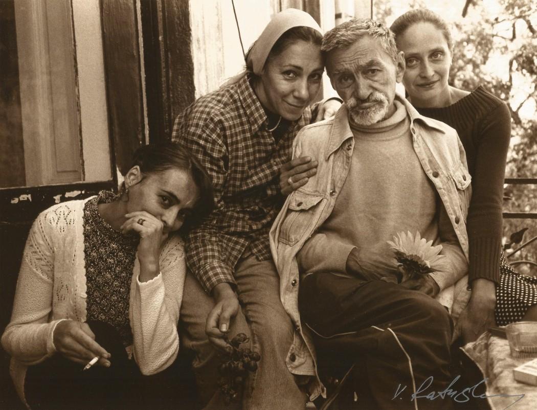 Валентин Хрущ в окружении женщин. Фотограф - Виктор Ратушный